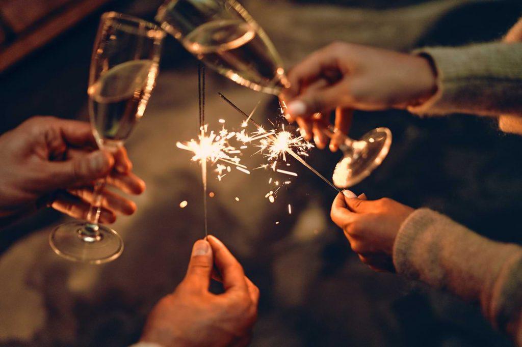 Människor skålar in det nya året