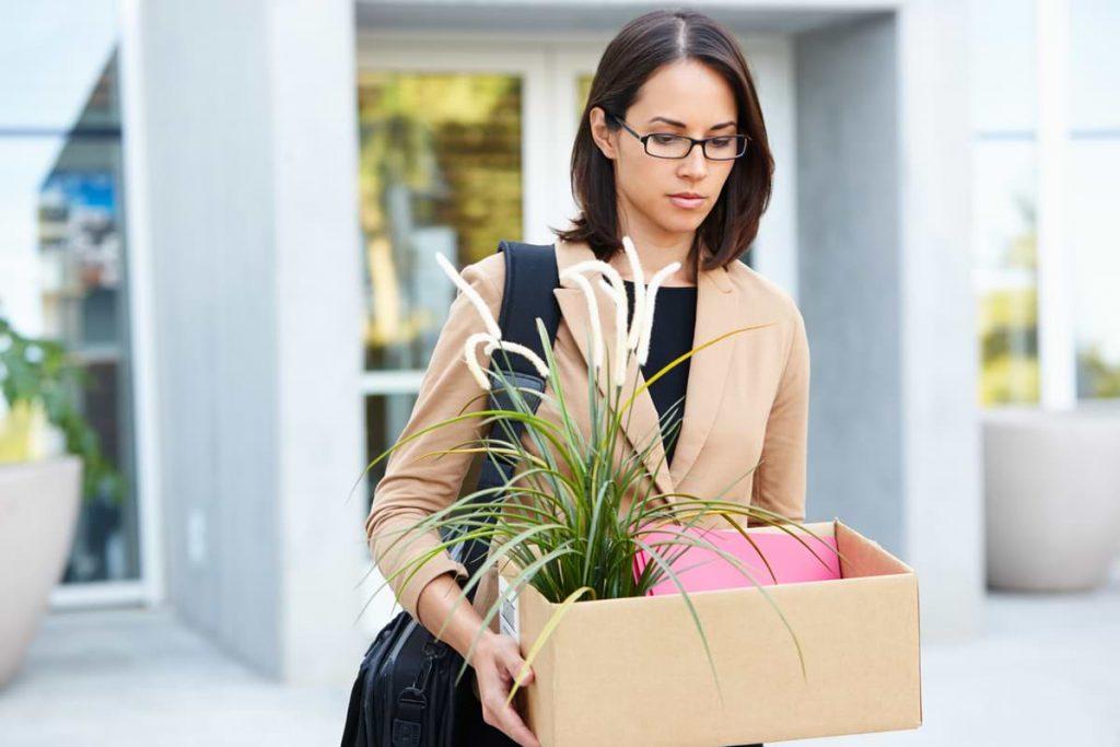 Kvinna som blivit uppsagd från arbete