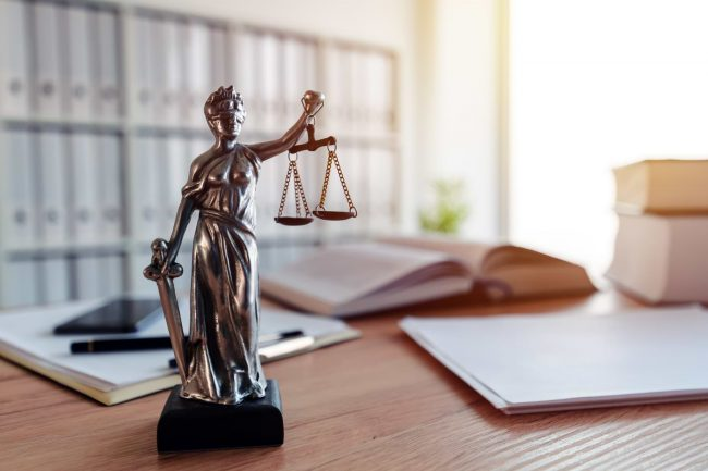 Lagstaty på kontorsbord