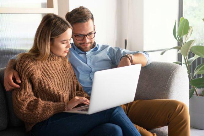 Par vid dator som ansöker om lån