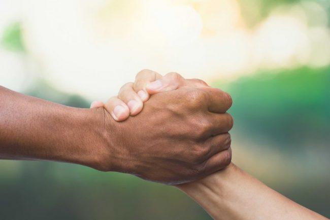 Hand som räcks ut för hjälp